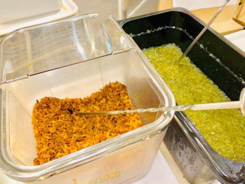 イケアのビストロで食べられるベジドッグのトッピング、フライドオニオンとピクルス