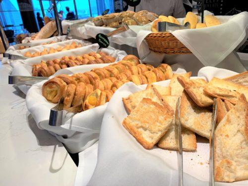 クルーズ船「セレブリティミレニアム」のブッフェ「オーシャンビューカフェ」の朝食のパン