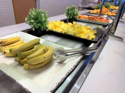 クルーズ船「セレブリティミレニアム」のブッフェ「オーシャンビューカフェ」の朝食のフルーツ