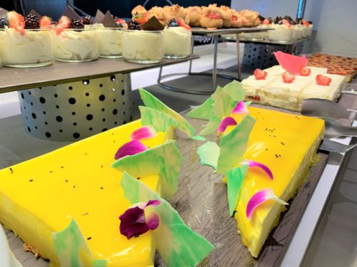 クルーズ船「セレブリティミレニアム」のブッフェ「オーシャンビューカフェ」のケーキ